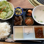 大徳壽 - ゴージャスランチセットのお肉以外の内容。チョレギサラダ、キムチ・ナムル盛合せ、ご飯、コムタンスープ
