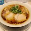 上方レインボー - 料理写真:醤油ラーメン(880円、斜め上から)