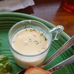 キコリ カフェ - このポタージュスープ。 濃厚なのは良いけど甘過ぎ! こんな服、着てても、味ノコトははぼちぼち判るんだなあ(笑)