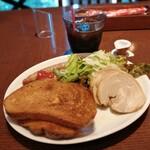 バルマルシェコダマ ステーキ&ロブスター - ソーセージ、チャーシュー、サラダ、トースト
