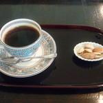15288818 - 炭焼焙煎ブレンド(500円)は殻付きのピスタチオ付き