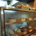 十割そば 郷 - おにぎりや天ぷらを陳列