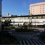 Yonchoumekafe - 窓から電車がよく見えます。バスロータリーもよく見えます。