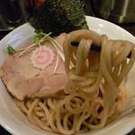 麺屋 うろこ - 麺は角断面の中太、全粒粉自家製麺
