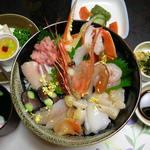 ホテルききょう - 海鮮丼コース 海鮮丼、漬物、お吸い物、デザート