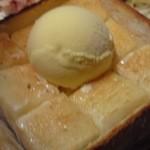 元祖 にんにくや - 元祖はちみつトーストです、切っていただきました