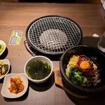 焼肉・韓国料理 KollaBo - 全景。酢の物が付いているのが嬉しいです