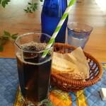 152961505 - アイスコーヒーとパン