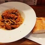 153015318 - 豚肉ラグースパゲッティ、3種きのことパルミジャーノ、パリッと素朴な風味の自家製パン