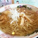 道の駅 - 20cmほどのどんぶりに透き通ったスープ。細ちぢれ麺に白エビの天ぷら、メンマ、白髪ネギのラインナップ。