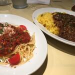 Trattoria M's - 紅ずわい蟹の冷製トマトソーススパゲティと 牛すじと牛ひき肉の旨辛カレーライスのハーフ&ハーフ ¥1,000