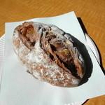 ハナカゴ - 赤ワインのパン 450円 ほんのり甘くてナッツがタップリ練り込んであります