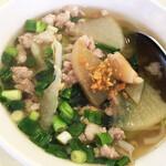 クルンテープ - 具沢山のスープがいちばん気に入りました。にんにくアクセントでシンプルな味が美味。青ネギと大根、鳥ひき肉