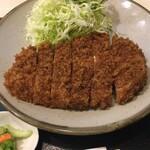 丸和 - 丸和のトンカツの肉は、実にジューシーです。ロースかつ定食