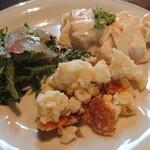 石の蔵 - 前菜(サラダ、魚のカルパッチョ、煮物、豆腐など10種類程度、これがビュッフェとなります)