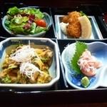 旬鮮厨房だいなモ - お昼の日替わり弁当(豚キムチとイカフライ、そしてズワイガニの刺身、サラダ)