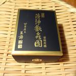 亀屋清永 - 重々しい感じのデザインの箱です