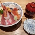 """153081829 - """"築地丼""""(海鮮丼)と""""お椀""""(味噌汁)が次に運ばれてきました。"""