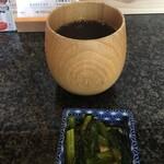 五代目 花山うどん - 濃い麦茶と野沢菜漬け
