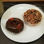 MOSDO - ダブルチョコレート(120円、左)、アーモンドクランチ(120円、右)