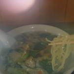 中国家庭料理 嘉門 - 麺をすくったら湯気がぼわぁ~っと。