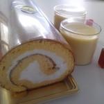 テテ - 料理写真:ロールケーキとプリン。カラメル鮮やか