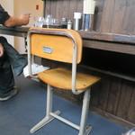 中華そば JAC - なんと椅子は小学校の椅子