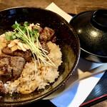 ステーキ&ハンバーグ かな井 - 料理写真:ランチ限定 ステーキ丼(にんにく味) サラダ、味噌汁、ドリンク付き。 1265円