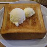 カフェ 呂久呂 - honeyトーストice載せhalf