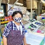 153170329 - かなりご年輩の女性スタッフが、シャキシャキとお店を取り仕切ってお客様を呼び込んでいる。バイタリティ溢れる仕事ぶりは流石です。マスクもお洒落だが、ちょっと眠いかな〜(*^^*)