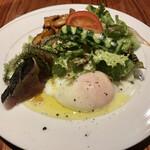 エノテカ・アルキミスタ - アルキミスタランチ 前菜 カツオのカルパッチョと温泉卵のサラダ