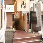 焼肉・塩ホルモン 三ちゃん - 地下への入口