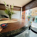 松木家 - 大理石の円形カウンター