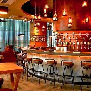 アメリカの醸造所を思わせる開放感のある空間とお洒落な内装☆