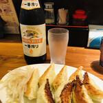 153199530 - 瓶ビールと餃子、幸せ