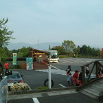 わさびの郷 - 売店の横から見た散歩道やわさび田の方向