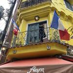 153212455 - 黄色い壁とフランスの国旗が目をひくクレープレストランです!.。゚+.(・∀・)゚+.゚