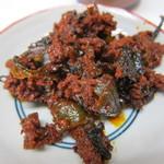 ラーメン住吉亭 - 辛子高菜はサービスで卓上に置いてありますが、辛いので注意が必要です。