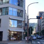 あら、りんご。 - 生田新道沿いのお店 右側の道はトアロード 後ろには六甲山が