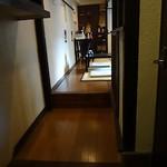 博多もつ鍋 玄海庵 - 玉砂利の玄関で靴を脱いで上がります