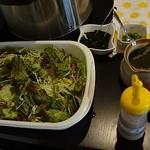 博多もつ鍋 玄海庵 - セルフサービスのサラダにはドレッシングが2種類用意されています