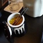 博多もつ鍋 玄海庵 - 水と漬物はテーブルに置いてあります
