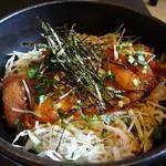 博多もつ鍋 玄海庵 - ご飯の上にキャベツが敷き詰められ、桜島鶏が乗って千切り海苔がトッピングされています