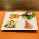 153273606 - ① 前菜4種盛り                       ・スモークサーモン                       ・海老とグリーンサラダ                       ・地鶏と野菜のテリーヌ ※ 当店のスペシャリテ                       ・プロシュートマンゴー