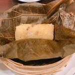 153284144 - 腸詰と干し海老のおこわ 蓮の包み(460円)