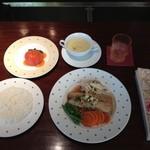 Kitchen Cafe Chimney - チムニー名物トマトサラダ。このアーモンド風味のスズキは今までにあじわったことのない美味しさでした。