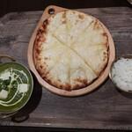 Eberesutoserufukicchin - チーズとほうれん草カレーランチでミニチーズナンに変更
