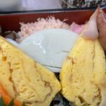 三朝寿司 - 卵、カマボコ、でんぶ