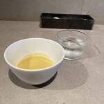 ダイニングソシアル - スープの器は大きくお冷のグラスはとても小さい