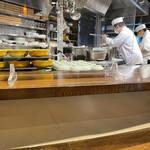 築地の貝 - カウンター席から見えるオープンキッチン